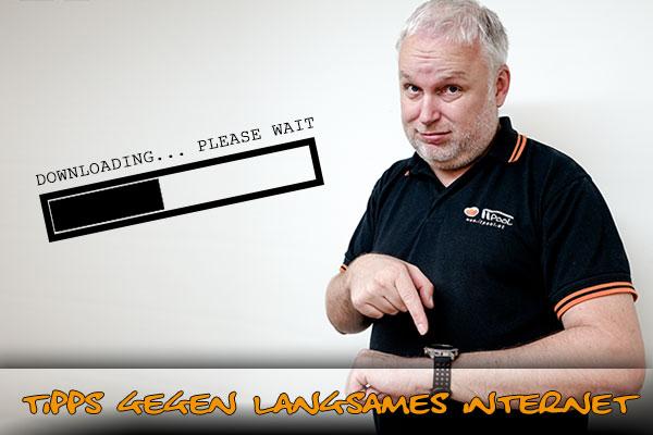 Gerald Ernst zeigt auf die Uhr