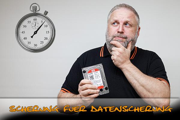 Roland Ernst schaut skeptisch auf eine Uhr